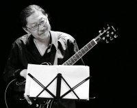 Джерри Ким, гитарист и композитор.